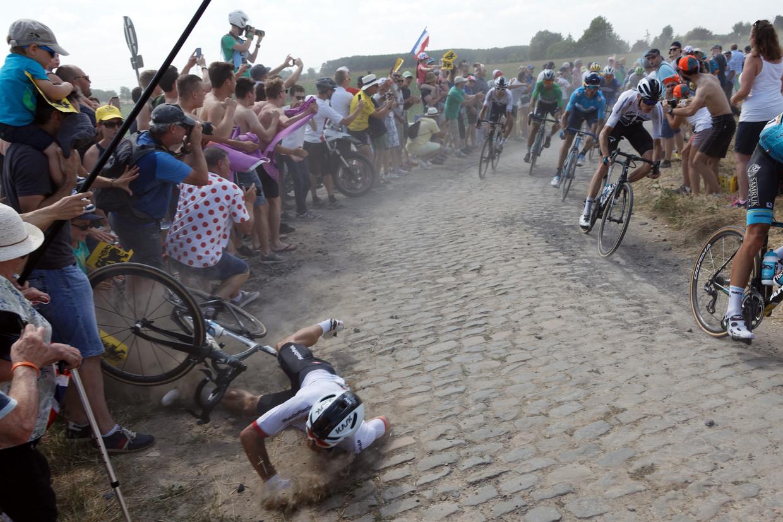 Renner Michal Kwiatkowski van Team Sky valt tijdens de 156.5-km van de Tour de France. Beeld Getty Images