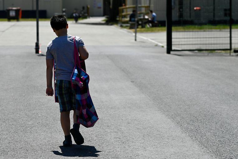 Een jongetje bij een asielzoekerscentrum in Poelkapelle. Archiefbeeld.