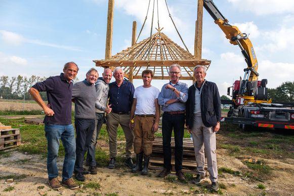 Jacques Reynders (vierde van links) huurde een Nederlandse firma in om een authentieke hooiopslagplaats op het terrein te plaatsen.