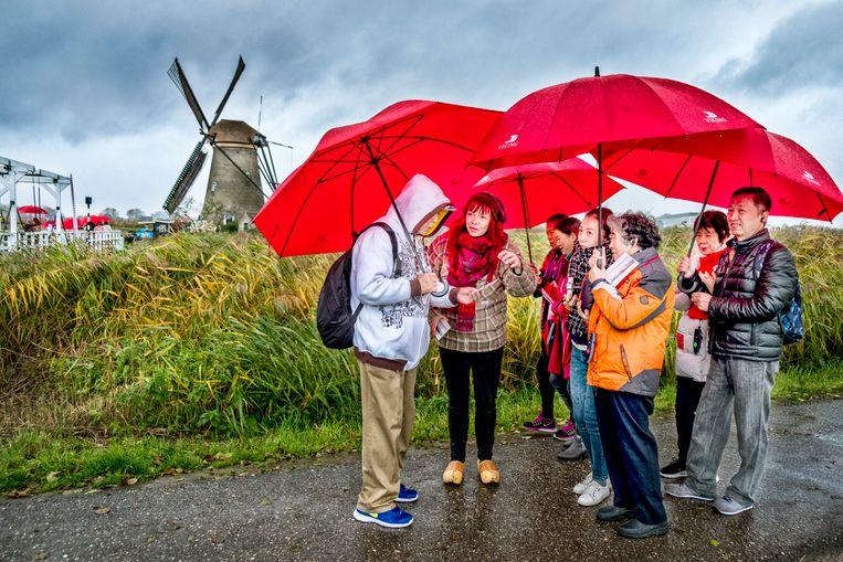 Bewoners van de molens in Kinderdijk doen een Flyeractie om tegen de overlast van toeristen te protesteren.  Beeld Raymond Rutting / de Volkskrant