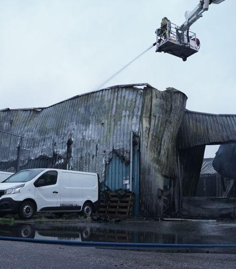 Brand Deventer: autobedrijf verwoest, metaalbedrijf beschadigd, Post.nl kan door