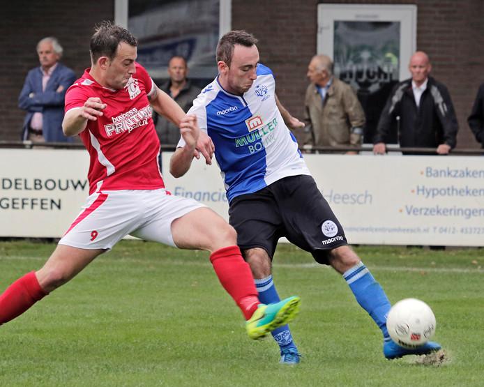 Robin van Eldrjk (HVCH, rechts) doet zijn best om Kevin van Assouw van de bal te houden.