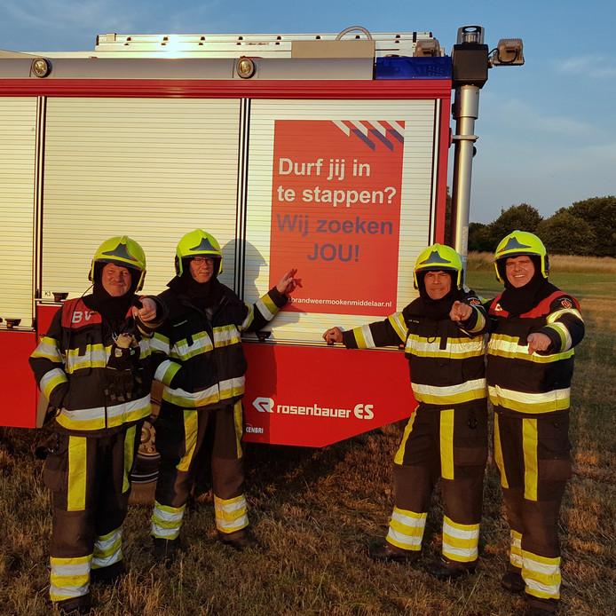 De vier oudste leden van het vrijwillige brandweerkorps van Mook en Middelaar. Ze hopen op nieuwe aanwas, zodat zij binnen een paar jaar afgelost kunnen worden.