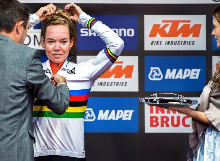 Anna van der Breggen krijgt de regenboogtrui. Beeld Klaas Jan van der Weij / de Volkskrant