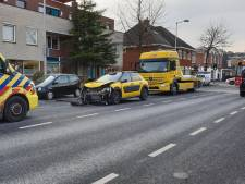 Taxi botst achterop stilstaande auto's in Enschede