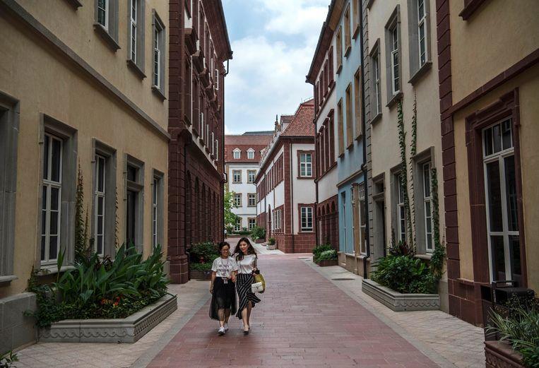 Medewerkers van Huawei lopen door de uitgestrekte R&D-campus van het bedrijf in Dongguan, bij Shenzhen. Beeld Getty