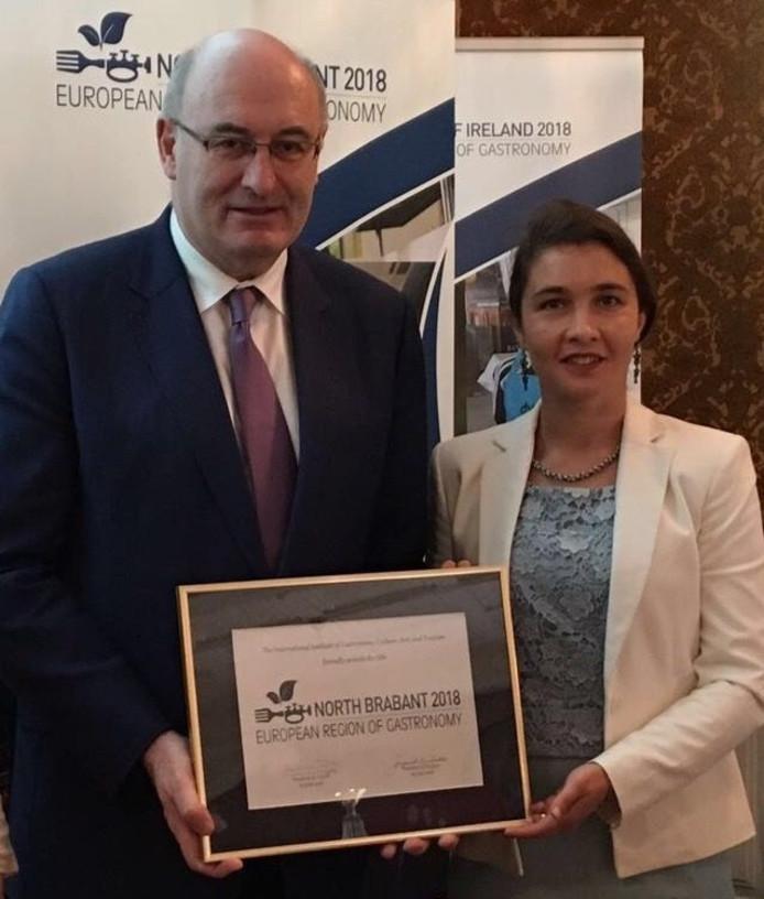 EU-commissaris Hogan (l) en gedeputeerde Spierings bij bekendmaking Europese regio van de Gastronomie.