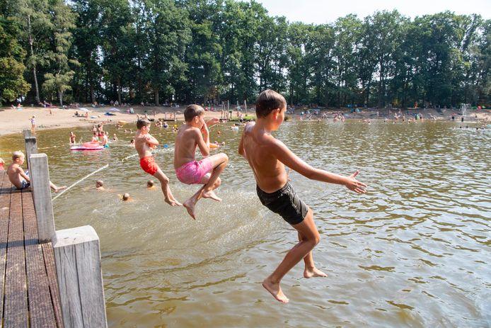 Waterpret in zwembad Heidepark. Volwassenen mogen nu ook weer in het hele natuurbad zwemmen, als ze maar 1,5 meter afstand houden van andere zwemmers (tenzij uit hun eigen gezin).