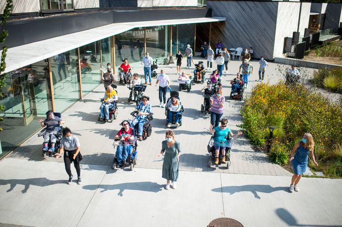 Zorgcentrum Huize Walden doet Jerusalema Challenge. De initiatiefnemers zijn Ellen Duchene (vooraan midden) en Ite Wouters (vooraan rechts)
