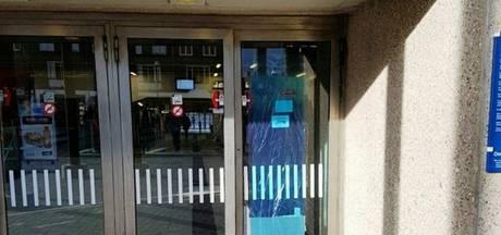 Man vernielt glazen deur station Zutphen