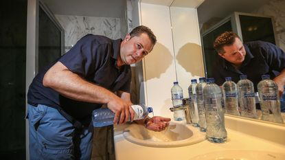 Gezin moet zich wassen met flessenwater tijdens week aan zee
