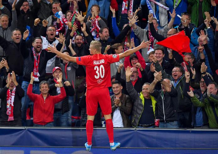 Erling Braut Haland viert feest met de supporters van RB Salzburg.