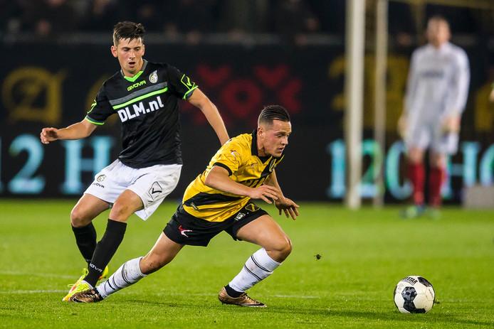 Giovanni Korte (NAC) in duel met Roald van Hout (Foruna). Op slag van rust scoorde Korte van dichtbij de 2-0.