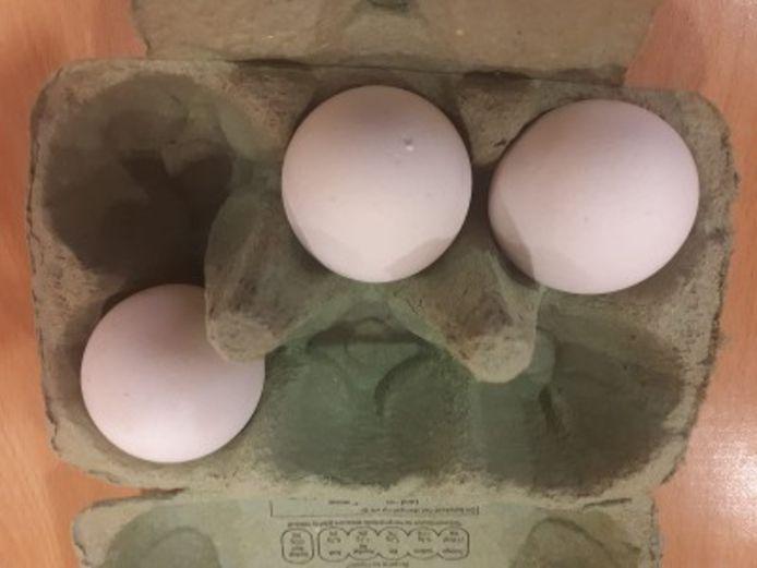 Het doosje met eieren dat de man bij zich had.