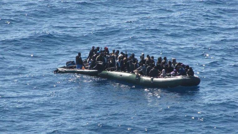 Een boot met vluchtelingen dobbert in de Middellandse Zee. Beeld ANP