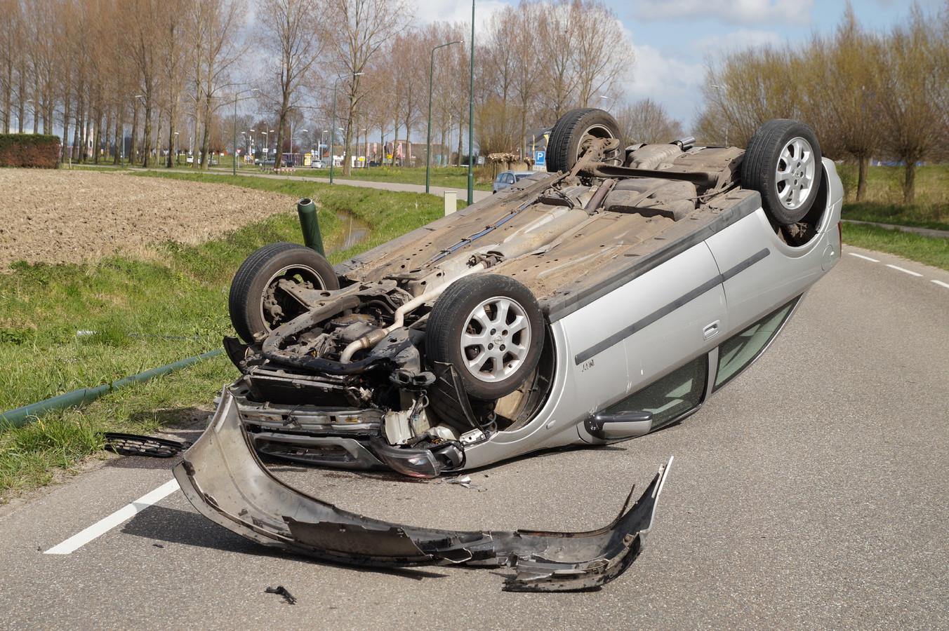 De automobilist ramde eerst een lantaarnpaal, om vervolgens op zijn dak tot stilstand te komen.