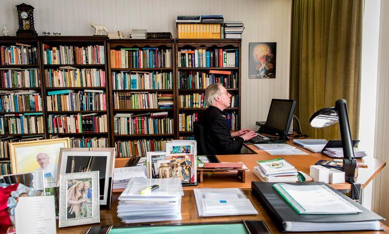 Witte Donderdag, bisschop De Korte bereidt zich voor op zijn werkkamer op de mis. Beeld Freek van den Bergh / de Volkskrant