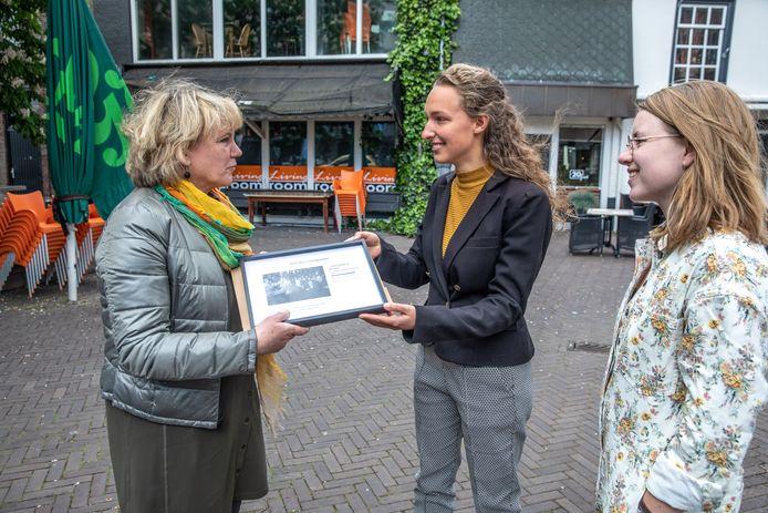 Cultuurwethouder Monique Schuttenbeld nam de handtekeningen vrijdag in ontvangst: ,,Ik vind jullie initiatief fantastisch. Muziek gaat mij ook erg aan het hart.''