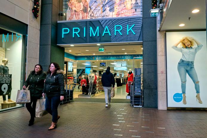 Primark is een budgetketen van 341 kledingzaken. De winkel is ook omstreden vanwege de milieuonvriendelijke wegwerpcultuur en werkomstandigheden van arbeiders die de goedkope kleding maken.