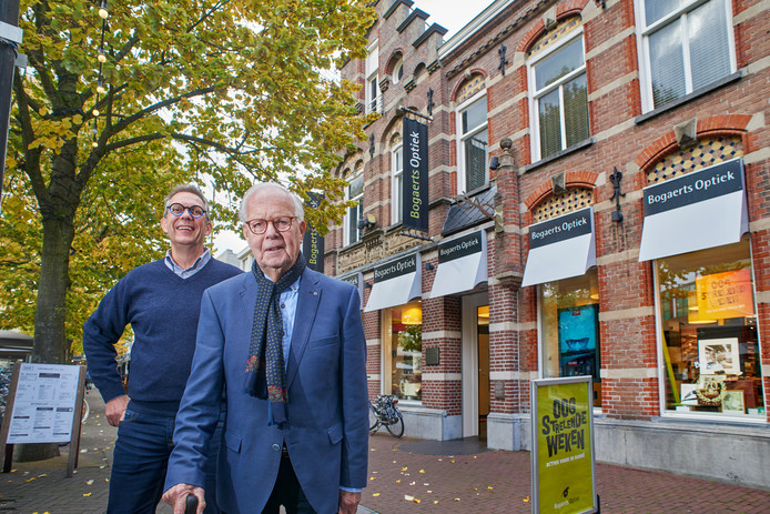 Mark en vader Teun Bogaerts voor het winkelpand van Bogaerts Optiek op de Heuvel te Oss.