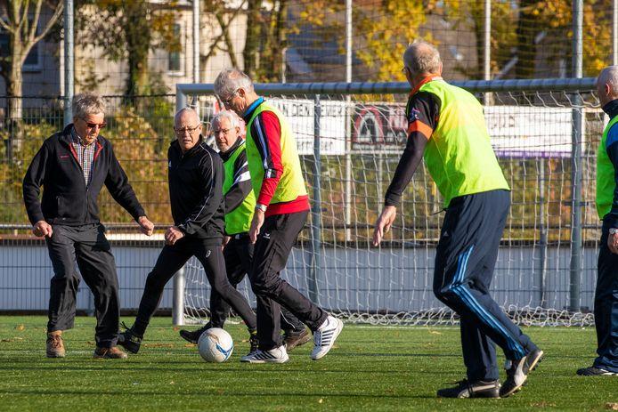 Voetbalclub GVV '63 in Gameren is met succes begonnen met walking football. De groep mannen die elke dinsdagochtend speelt wordt steeds groter. Links Kees van Tuijl, met 77 de oudste van het stel.