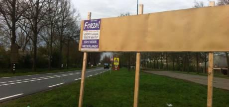 Raadslid Schlamilch verwijdert 'illegale' posters van verkiezingsborden De Bilt
