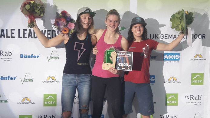 Lynn van der Meer kon als kampioene bij de prijsuitreiking weer voluit lachen. Links van haar nummer twee Tiba Vroom. Rechts Aniek Lith.