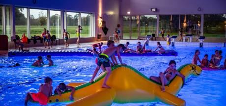 Griezelig zwemmen in de Tijenraan in Raalte, 150 uitgelaten kinderen gaan gewoon lekker hun gang