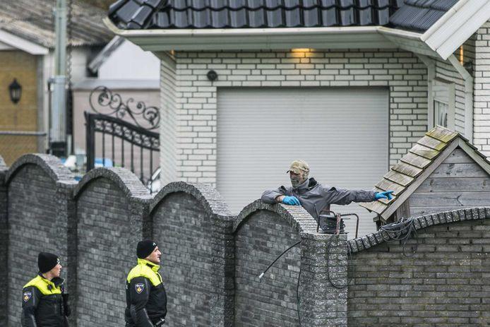 Politie-agenten doorzoeken het woonwagenkamp in Lith, een van de woonadressen van de nu opgepakte Toon R.