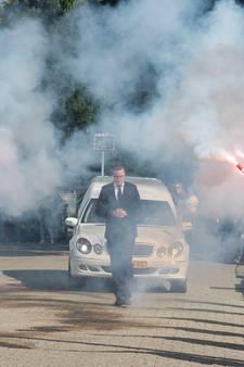 Rode Feyenoordfakkels als laatste eerbetoon aan Harderwijker Remco