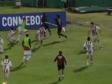 Ecuadoriaanse voetballer verdedigt zich met cornervlag