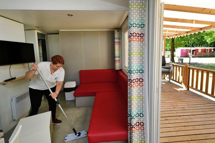 Schoonmaakster Beata in een van de stacaravans op Molecaten Park Bosbad Hoeven