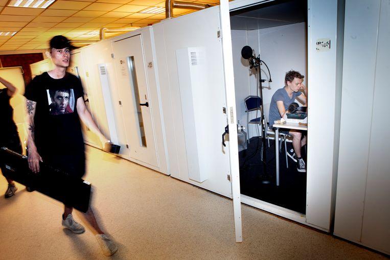 Berend Hensema (rechts), artiestennaam Hens Solo, werkt aan zijn track.  Beeld Maarten Hartman