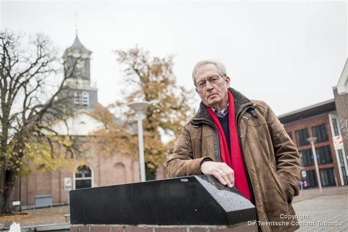 Wim Vlogtman op Het Schild met op de achtergrond de 'grote koarke', waarvan de toren tweemaal instortte.