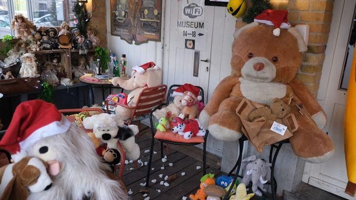 Kristof Van Hullebusch plaatste zijn terras vol beren, poppen en knuffels.