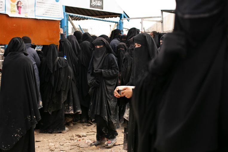 Vrouwen komen voedsel halen in het kamp al-Hol.