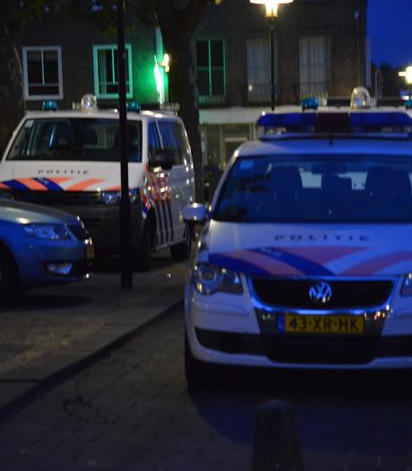 Drugs, wapens en geld gevonden bij politie-inval bij café in Breda, twee aanhoudingen