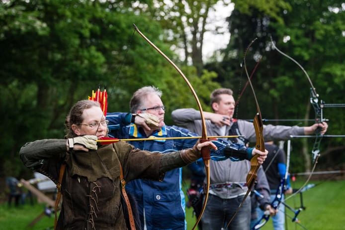 Bestuursleden Christine Timmermans (vooraan) en Aaldrik Vos  (daarachter) mikken op een doel.