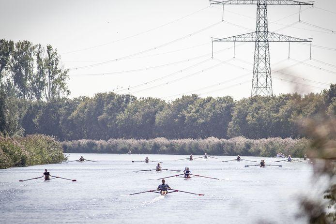 Fraai beeld van de strijd op het water van het Twentekanaal.