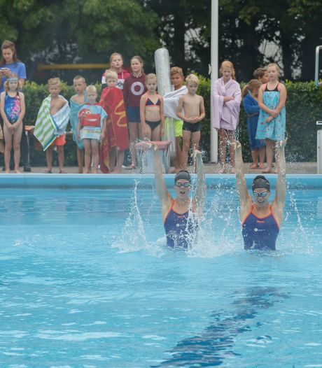 Geen Ranomi, maar wel het Olympische synchroonzwemduo Noortje en Bregje bij start Zomertour in zwembad Hasselt