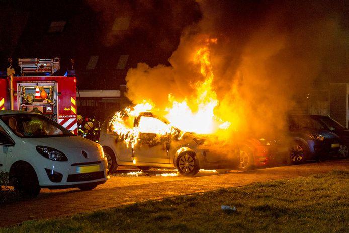 Twee auto's in brand in Oosterhout. Foto Mathijs Bertens / MaRicMedia