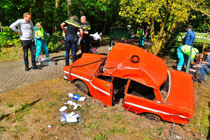 Oude Daf slaat over de kop in Valkenswaard, drie gewonden.