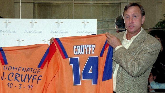 Johan Cruijff met het shirt dat werd gedragen bij het benefietduel voor de Nederlander in Camp Nou in 1999.