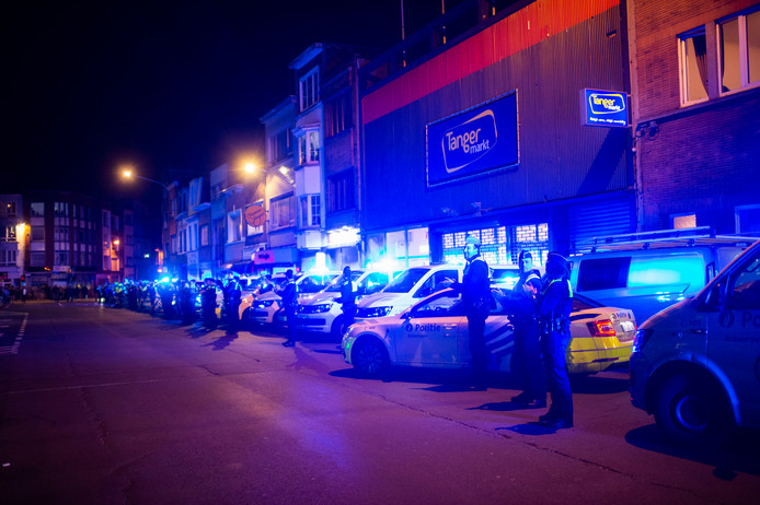 De politiemensen klapten luid voor het personeel...
