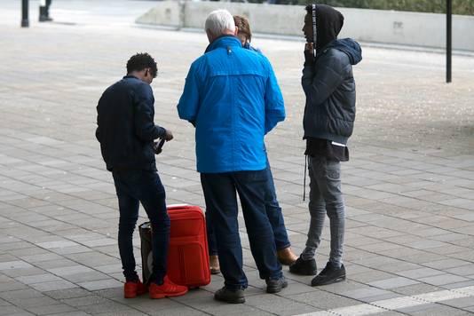 Politiecursus Pro Actief Signaleren op en rond het station in Tilburg. Twee jongens worden aangesproken door de spotters.