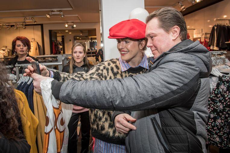 Alain Vandaele neemt een selfie met Josje bij Lola & Liza.
