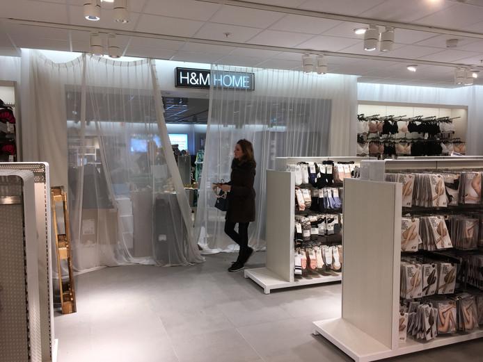 winkelend publiek wordt op gepaste afstand gehouden van de nieuwe hm home middels dozen en een