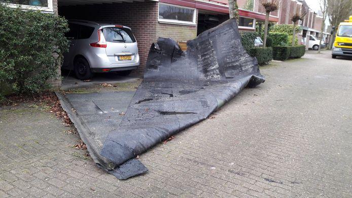 De bitumen dakbedekking van elf woningen in de straat Klein Brabant in Vught raakte los door de westerstorm. Een deel is naar beneden gekomen.