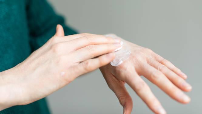Minder douchen, meer smeren: dermatoloog waarschuwt voor huidproblemen door koude en geeft advies