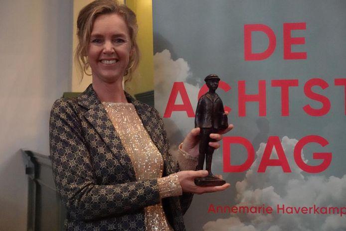 Annemarie Haverkamp met haar prijs.